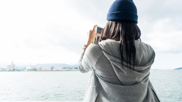 観光客 写真 撮影 冬 ニット帽 パーカー 福岡 海 フェリー 女性 ロングヘアー 後ろ姿 髪 スマホ スマートフォン 写メ 街並み 旅行 ひとり旅 港 フード 背中 趣味 カメラ SNS