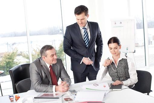 ビジネス 仕事 ビジネスマン 会社 会社員 グローバル インターナショナル 外国人 白人 男性 シャツ ネクタイ スーツ ビジネスウーマン キャリアウーマン 女性 チーム 仲間 同僚 上司 ボス 20代 30代 40代 中年 50代 ビジネスチーム プロジェクトチーム プロジェクト 紹介 笑う 笑顔 スマイル 微笑む 微笑み ほほえむ ほほえみ 室内 オフィス ガラス 廊下 会議室 ミーティングルーム 3人 三人 話し合い しゃべる 打ち合わせ 会議 部下  mdff131 mdjms015 mdfm070