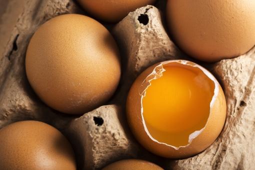 たまご 卵 玉子 タマゴ エッグ 楕円 卵色 ベージュ 料理 並べる 生き物 食べ物 食材 食料 置く 置いてある 物撮り 屋内 人物なし 上から視線 殻 斑点 6個 整然 複数 レシピ アップ ズーム 容器 パック パック詰め 紙パック 鶏 にわとり ニワトリ 割れる 穴 中身