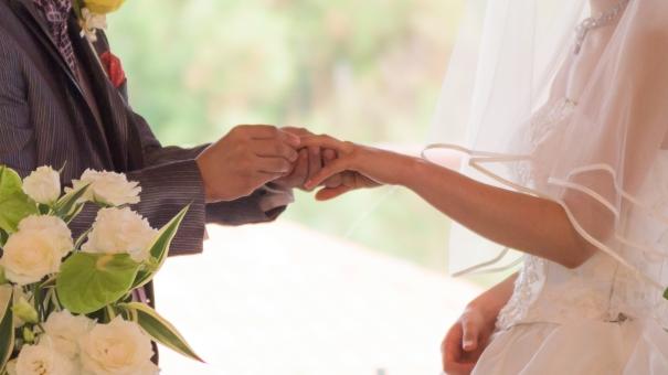 エンゲージリング マリッジリング リング 指輪 誓い 夫婦 結婚式 結婚 妻 夫 カップル 手元 手 指 ウェディング ウェディングドレス 真実 真剣 花 フラワー 白 純白 タキシード