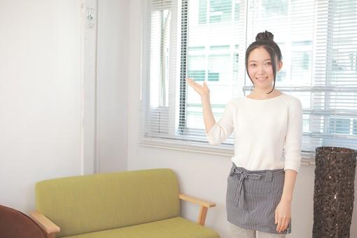 カフェ 喫茶店 コーヒーショップ パーラー  茶房 カフェテリア 飲食店 レストラン 人物 女性 女子 若い 若者 店員 スタッフ 従業員 職員 仕事 労働 バイト 社員 フリーター 接客 サービス もてなし 案内 日本人  mdjf026