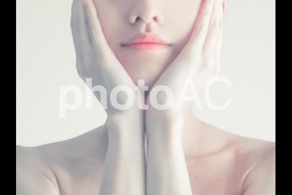 タイトル:頰を覆う女性