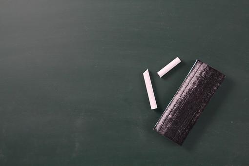 黒板 ブラックボード チョーク 白 ホワイト ピース 黒板消し 書く 描く 消す 消去 板書 学習 教育 教室 授業 レッスン 勉強 備品 学校 幼稚園 子供 幼児 描写 デザイン イメージ 背景  バックグラウンド 余白 壁紙