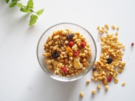 フルーツグラノーラ シリアル 朝食 食品 食べ物 麦 玄米 ドライフルーツ 苺 イチゴ レーズン 健康食品 美容食 健康 ダイエット ビタミン 食物繊維 栄養 穀物
