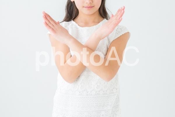 バツサインする女の子の写真