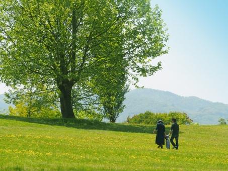 新緑と親子の写真