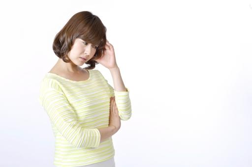 人物 女性 女の子 若い 若者   20代 日本人 屋内 スタジオ撮影 白バック   白背景 ジェスチャー 仕草 かわいい 可愛い ポーズ 悩む 悩み 心配 気がかり 迷い 迷う 考える 考え事 不安 頭痛 頭を抱える 余白 コピースペース mdjf003