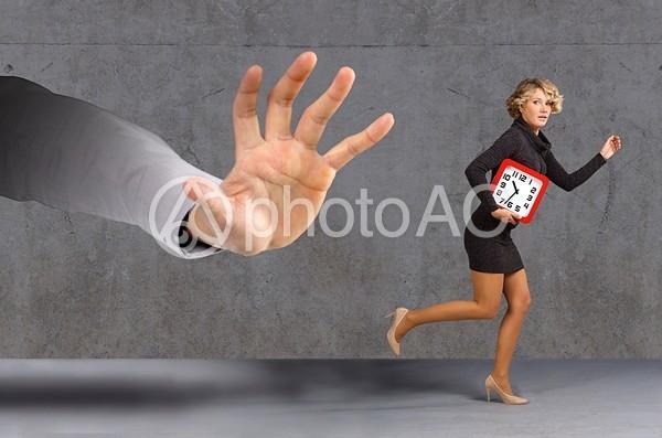 大きな手に追われる女性の写真