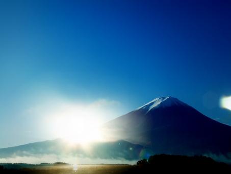 富士山 正月 日本 日本一 年賀状 新年 年賀 日の出 初日の出 お正月 自然 山梨県 早朝 夜明け 大自然 空 青空 風景 絶景 世界遺産 快晴 文字スペース 背景 背景素材 テクスチャ テクスチャー バック バックグラウンド background クールジャパン