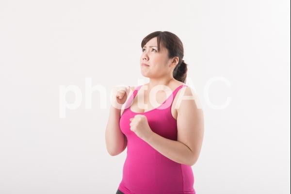 やる気ポーズをする女性1の写真