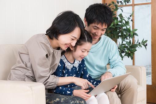 人物 日本人 家族 親子 ファミリー 3人 30代 こども 子供 女の子 小学生 屋内 室内 部屋 リビング ソファ パソコン インターネット 操作 集まる 寄り添う 団欒 だんらん 余暇 寛ぐ 楽しい 笑顔 mdjf017 mdfk014 mdjm016