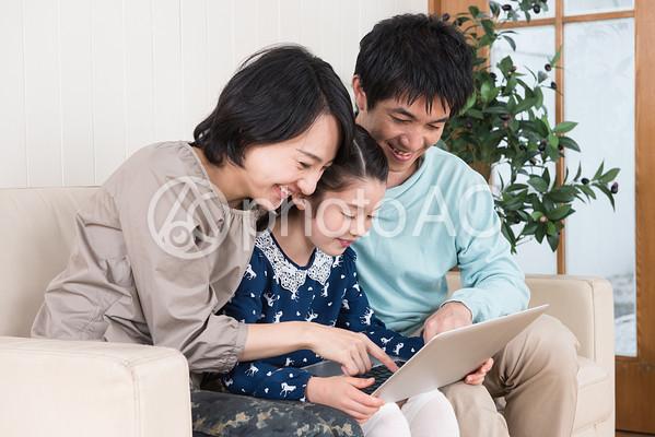 インターネットを見る親子の写真