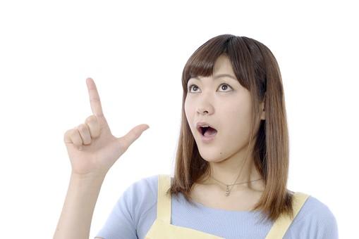 人物 屋内 白バック 白背景 日本人 1人 女性 20代 30代 エプロン  奥さん 奥様 婦人 家庭人 夫人 主婦 若い ポーズ 合図 手 指 指差し 指さし 指をさす 指を差す チョキ ちょき ひらめき 閃き ひらめいた 気づく あっそうだ 口を開ける  片手を上げる mdjf018