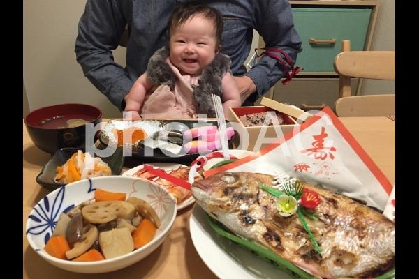 お食い初め・笑顔の赤ちゃんの写真