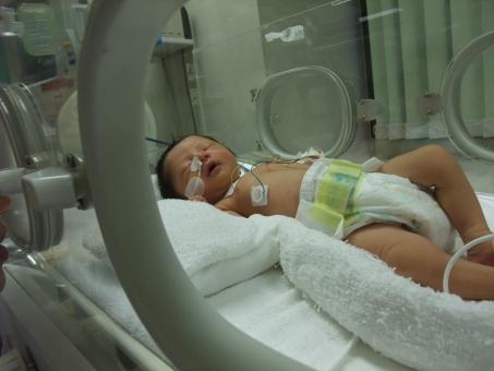 保育器 小児科 入院 出産 お産 赤ちゃん あかちゃん 病気 子供 幼児 育児 子育 男の子 点滴 無菌 治療