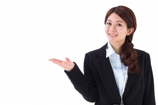 案内する女性会社員の写真