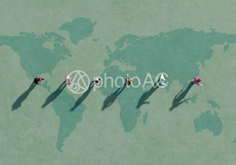 世界地図の上に人々の写真