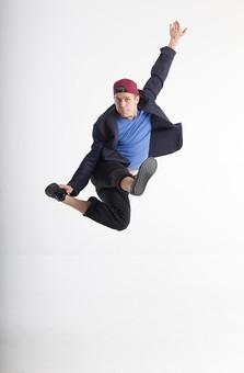 ダンス ダンサー ポーズ 体勢 姿勢 体位 ステップ 踊る 踊り 運動 スポーツ 振り付け 振付 振り 男性 男 外国人 金髪 若い 全身 飛ぶ ジャンプ 跳躍 手 片手 腕 上げる 膝 片膝 曲げる 足 脚 突き出す キック 蹴る 蹴り上げる 背景 白 ホワイト mdfm074