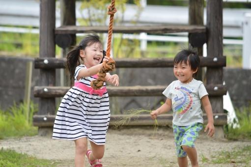 遊ぶ 男の子 遊具 女の子 子供達 子供 こども 子ども えがお 笑顔 楽しい 仲良し mdfk023