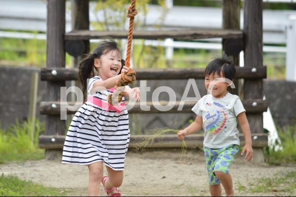遊ぶ子供達の写真