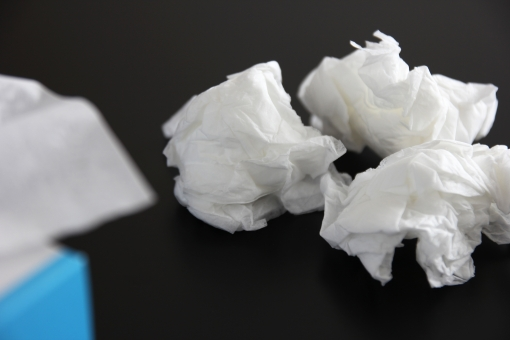 ゴミ 鼻をかむ 鼻 鼻水 はなみず アレルギー かぜ カゼ くしゃみ 紙 ペーパー ティッシュペーパー 箱ティッシュ 箱 ちり紙 ごみ 風邪 花粉症 病気 衛生 清潔 エコ 環境 症状 冬 インフルエンザ 予防 防止 対策 治療