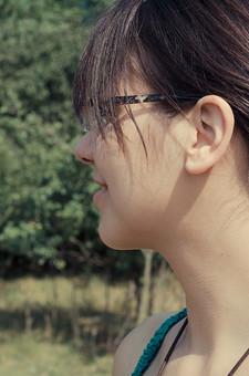 外国 海外 屋外 野外 自然 人物 1人 外国人 白人 セルビア人 大人 若い 女性 女 女の子 横顔 ブルネット 黒髪 セミロング まとめ髪 ひっつめ髪 無造作ヘア 普段着 青緑の服 ノースリーブ キャミソール ネックレス ペンダント レザーコード アクセサリー 眼鏡 メガネ めがね 木 低木 木立 芝生 笑う 笑顔 アップ mdff021
