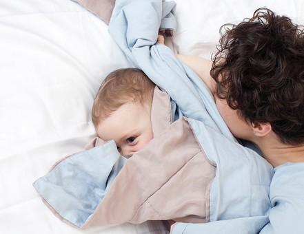 赤ちゃん 外国人 子供 子ども こども 男の子 男児 乳児 ライフスタイル ベビー ベッド 布団 ふとん 寝る 寝転ぶ 一緒 母 母親 ママ お母さん 子守 子守り 寝かしつけ 寝かせる 金髪 親子 母子 横になる ブルー系 mdmk030