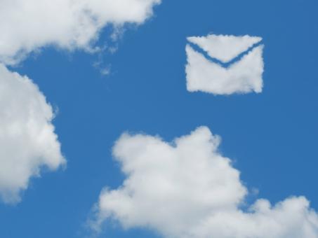空 雲 手紙 メール eメール 電子メール SNS ソーシャルネットワーキングサービス クラウドコンピューティング 青空 大空 快晴 晴天 晴れ お天気 天気 イメージ 通信 バナー ビジネス