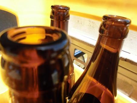 ビール瓶 瓶 ビン ビール ケース ビールケース 茶色 透明 透き通る インテリア 飾り 癒し 涼しい 涼しげ 夏 軒先 反射