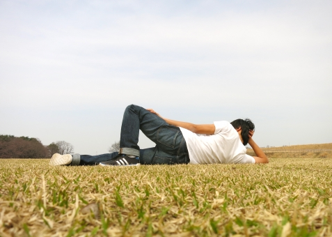 芝生 男 青年 少年 Tシャツ デニム ジーンズ ジーパン スニーカー 若い ラフ 屋外 空 公園 あきらめ ぼんやり ニート 学生 ひとり 暇 後ろ姿 孤独 ごろ寝 休憩 昼寝 ふて寝