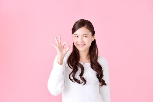 人物 女性 日本人 若者 若い  20代 美人 かわいい ロングヘア カジュアル  ラフ 私服 セーター ニット 屋内  スタジオ撮影 背景 ピンク ピンクバック ポーズ  おすすめ 上半身 サイン 合図 OK オーケー 大丈夫 許可 良い 笑顔 mdjf007
