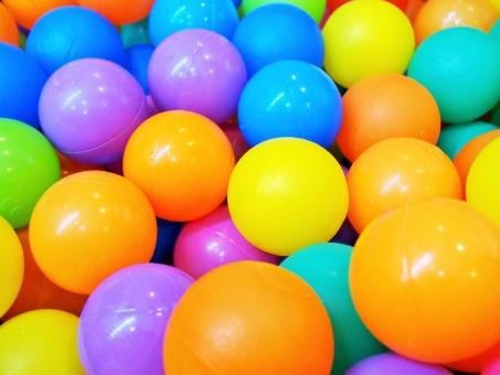 ball pool ボール ボールプール 屋内遊具 遊具 おもちゃ 遊び 子ども カラフル プレイランド 背景 playground 鮮やか colorful 幼児 児童館 赤ちゃん kids