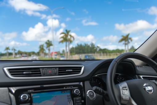 旅行 青空 晴れ 走る 晴天 デート 雲 道路 車内 ハンドル ドライブ 自動車 車 エンジン 走行 ロード 高級車 エアコン カーナビ レンタカー