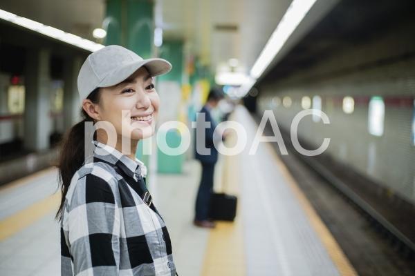 プラットホーム 女性の写真