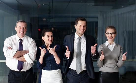 ビジネス 仕事 ビジネスマン 会社 会社員 グローバル インターナショナル 外国人 白人 男性 シャツ ネクタイ スーツ ビジネスウーマン キャリアウーマン 女性 スタイリッシュ タイトスカート チーム 仲間 同僚 上司 ボス 20代 30代 40代 中年 50代 ビジネスチーム プロジェクトチーム プロジェクト 集合写真 紹介 笑う 笑顔 スマイル 微笑む 微笑み ほほえむ ほほえみ カメラ目線 ポートレート 室内 屋内 オフィス ガラス 廊下 並ぶ 4人 四人 サムズアップ いいね イイネ ふざける はしゃぐ 仲良し 楽しい 部下 mdfm070 mdjms015 mdff131 mdff132
