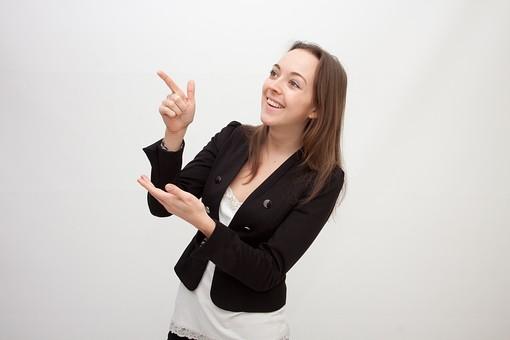 人物 人 人間 女性 白人女性 外国人 レディ 婦人 ロングヘア ブラウンヘア おでこ 額 センター分け  人物写真 ポートレート ポートレイト イギリス人  ジャケット 黒ジャケット  白背景 白バック ホワイトバック  笑顔 笑み 指差す 同意 共感 mdff002