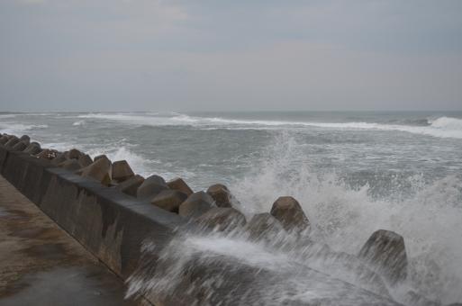 台風で荒れた海の写真