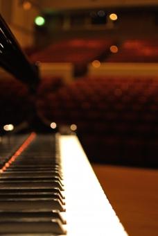 ピアノ 鍵盤 客席 劇場 演奏会 ステージ