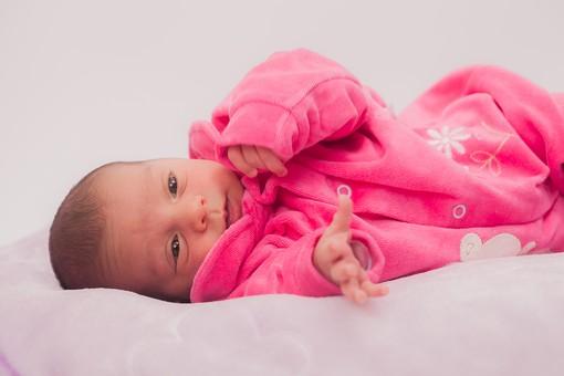 人物 外国人 赤ちゃん 赤ん坊 ベビー ベイビー 新生児 乳児 表情 しぐさ 手 ベビー服 ベビーウェア ピンク 小さい かわいい 毛布 シーツ 出産 誕生 命 生命 愛情 幸せ 幸福 成長 発育 発達 子育て 育児 ポートレート mdmk013