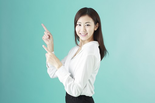 人物 日本人 女性 若者 若い 20代 かわいい 清楚 ロングヘア 長髪 ブラウス シャツ 白 屋内 スタジオ撮影 背景 緑 グリーンバック おすすめ ポーズ 表情 上半身 指さす 指差し 上 ポイント 案内 アドバイス 説明 注目 両手 笑顔 スマイル mdjf009