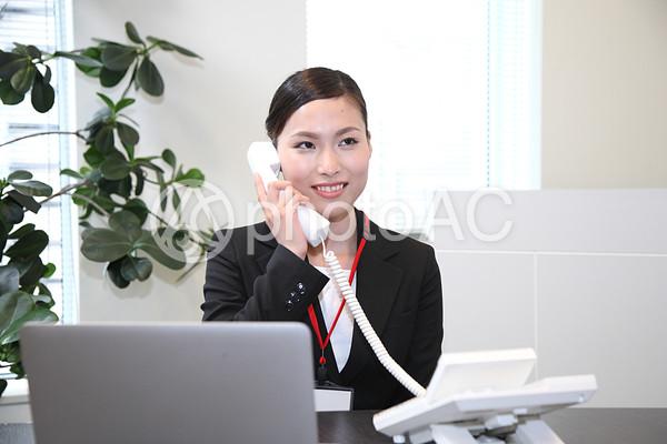 電話をするビジネスウーマン1の写真