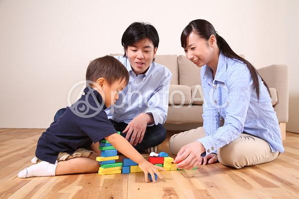 ブロックで遊ぶ家族4の写真