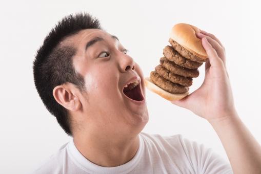 日本人 男性 ぽっちゃり 肥満 ダイエット 痩せる 痩せたい 目標 ビフォー 太っている 太り気味 メタボ メタボリックシンドローム 脂肪 体系 ボディー 白バック 白背景 ハンバーガー 食べ物 ファストフード ビッグ 食べたい 我慢できない 糖質 食べ過ぎ 大食い おいしそう 食べる 口を開ける 口を開く mdjm017