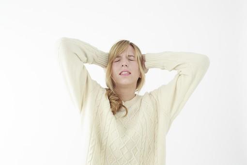 人物 女性 20代 外国人 外人  外国人女性 外人女性 モデル 若い セーター  ニット 私服 カジュアル ポーズ 金髪  ロングヘア 屋内 白バック 白背景 頭を抱える 失敗 残念 後悔 へこむ トラブル 上半身 正面 mdff045