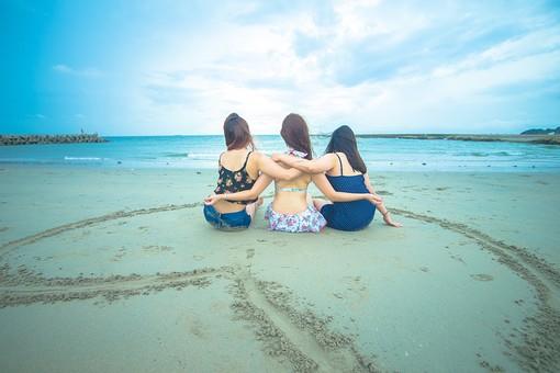 空 お空 水平線 雲 日 太陽 日射し 海 浜辺 ビーチ 浜 青 ブルー 人 人物 トリオ 友達 女 女性 水着 肩を組む フレンド 絆 ハート 眺める 親しげ 見つめる