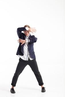 ダンス ダンサー ポーズ 体勢 姿勢 体位 ステップ 踊る 踊り 運動 スポーツ 振り付け 振付 振り 男性 男 外国人 金髪 若い 全身 手 腕 顔の前 平行 掌 手の平 足 脚 開く 背景 白 ホワイト 接写 クローズアップ mdfm074