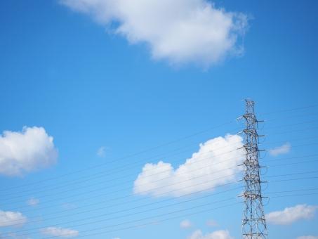 送電線 鉄塔 電気 電力 電力自由化 電線 青空 逆光 環境 エコロジー 自由化 節約 競争 価格 値段 高圧電線 電力網 日本 エネルギー 電力会社 送電 空 晴れ 雲 エコ インフラ