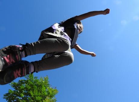 子供 ジャンプ 跳ぶ 飛ぶ 青空 遊ぶ 子ども 女の子 小学生 こども 屋外 日本人 庭 秋 背景 イメージ 風景 楽しい 笑顔
