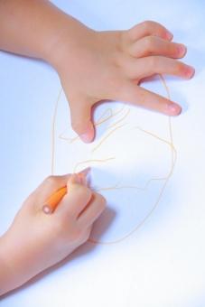 手 女性 人間的 触れます 皮膚 女の子 手掌 親指 指 指の爪 一部 人 大人 世話 体 絵 絵を描く お絵描き 子ども 子供 こども 色鉛筆 小さい 小さな