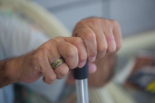 人物 老人 お年寄り 高齢者 シルバー 男性 おじいさん おじいちゃん 年老いた手 ハンドパーツ 手 指 ハンド パーツ 手の表情 クローズアップ 杖 ステッキ 支える 持つ 握る 両手 補助 介護 リハビリ 医療 福祉 指輪 手元 手先 指先